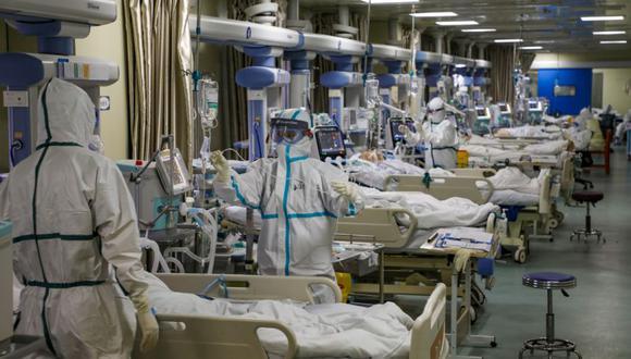 Trabajadores médicos con trajes de protección atienden a pacientes con el nuevo coronavirus en la unidad de cuidados intensivos (UCI) de un hospital designado en Wuhan, provincia de Hubei, China. (Foto: China Daily a través de REUTERS).