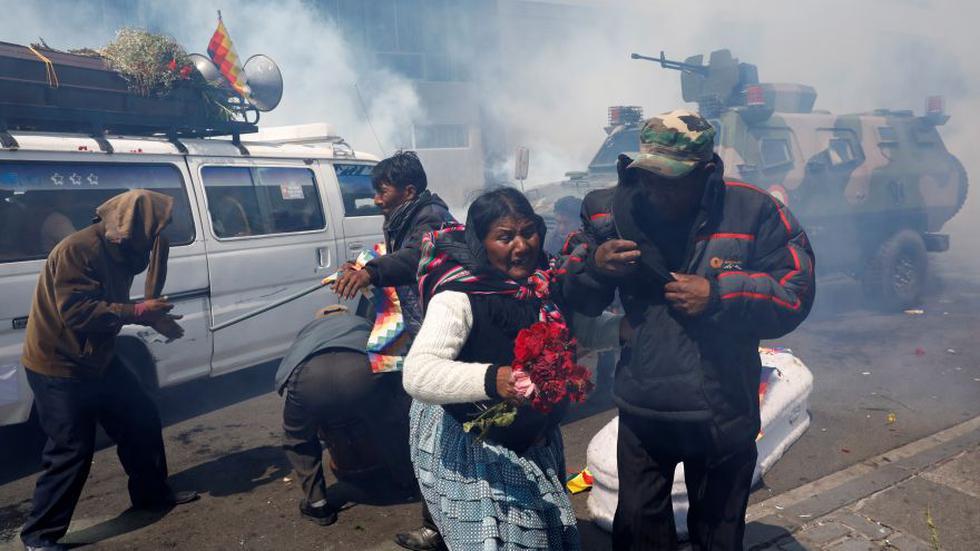 Los partidarios del expresidente boliviano Evo Morales se alejan de los ataúdes de las personas que dicen fueron asesinadas durante recientes enfrentamientos con las fuerzas de seguridad en Senkata. (Foto: Reuters).