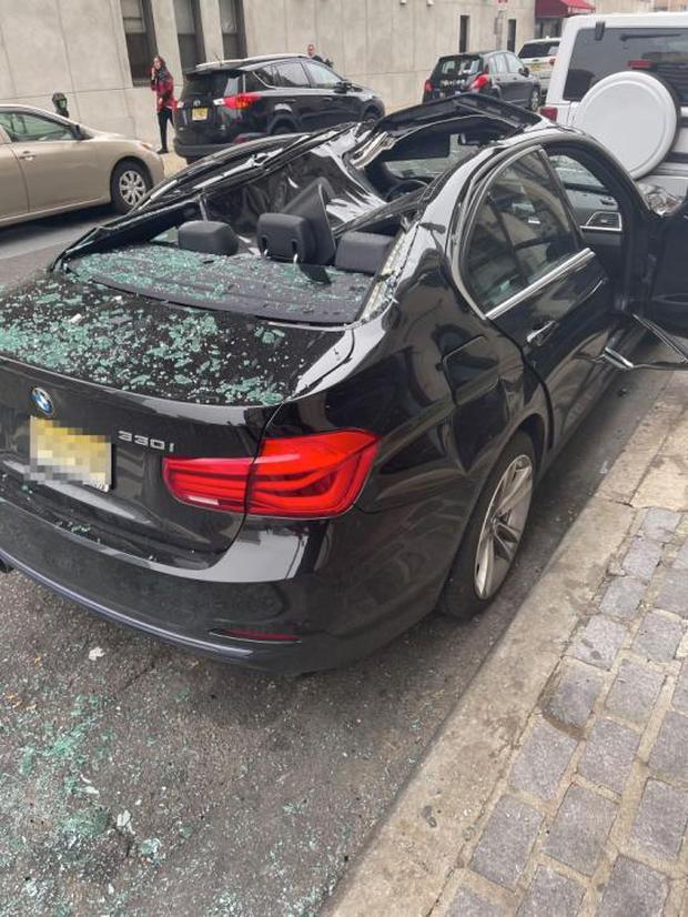 El auto que amortiguó la caída de un hombre de 31 años, ha quedado totalmente destrozado. (Foto: Twitter/@christinaabrii)