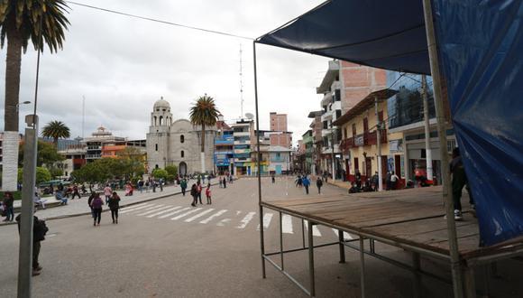 Después de una serie de marchas, contramarchas y suspenso, el primer debate presidencial entre los candidatos Pedro Castillo (Perú Libre) y Keiko Fujimori (Fuerza Popular) se realizará a la una de la tarde en Chota, Cajamarca, según lo informado por los voceros de ambos partidos. Sin embargo, hasta el cierre de este informe, se desconocían los detalles del evento. Lo único que había en la Plaza de Armas de la ciudad era un pequeño estrado. (Foto: Antonio Álvarez/El Comercio)