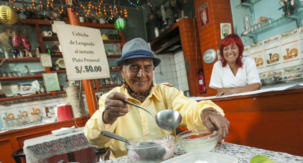 Don Pedro Solari listo para preparar su cebiche, ante la mirada de Teresa Morán, su sobrina, que lo acompañó y lo cuidó hasta el último día. (Foto: Víctor Idrogo/Archivo El Comercio)
