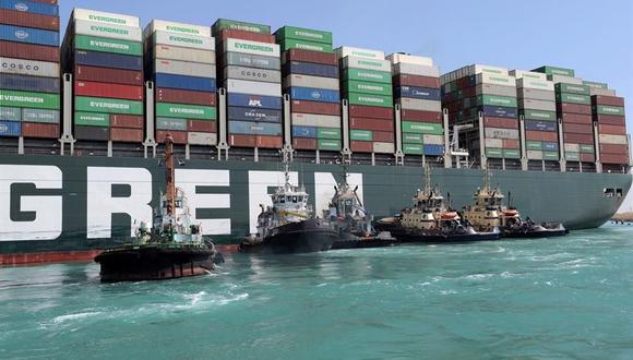 Remolcadores cerca del buque portacontenedores Ever Given que encalló en el Canal de Suez, Egipto. (Foto: EFE).