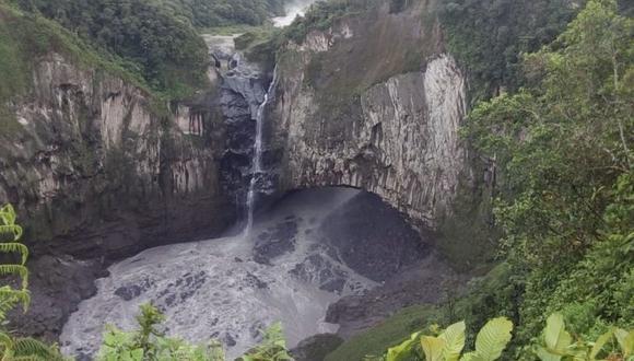 El hilo de agua que se ve es de un riachuelo cercano. El agua del río Coca cae detrás del arco de roca. Foto: MAE Ecuador.