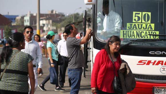 Pasadas las 6:00 a.m., personal de seguridad del terminal terrestre de Yerbateros despejó a pasajeros que permanecían en el ingreso del lugar. Foto: Andina