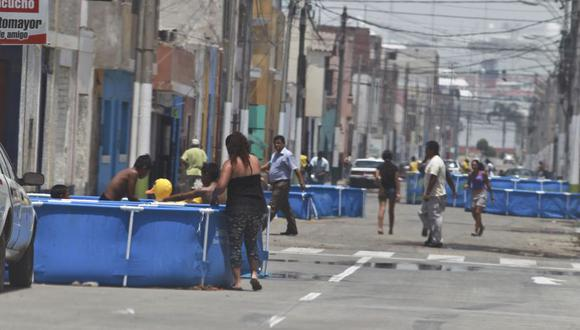 En temporada de verano, los vecinos del Callao instalan piscinas  portátiles en plena vía pública. (Foto: El Comercio)
