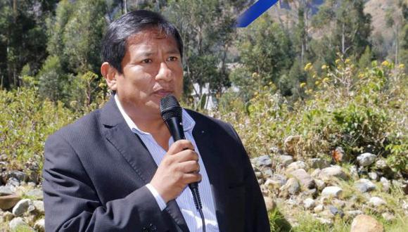 Pese a que reconoció su rúbrica, Fidencio Sánchez negó que haya firmado un documento con el representante del Consorcio Indetel. (Facebook)