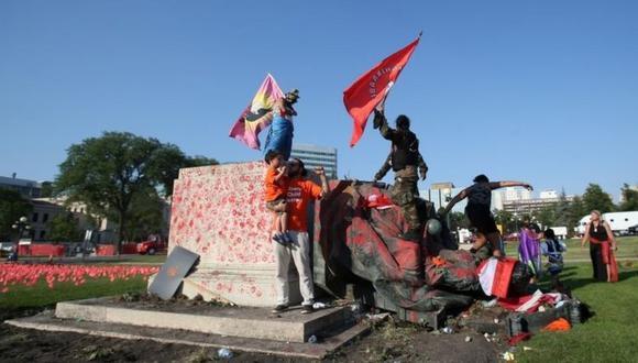 La estatua de la reina Victoria fue embadurnada de pintura roja antes de ser derribada. (Foto: Reuters).