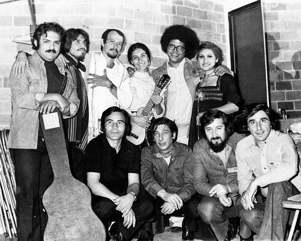 México 1977. Tania Libertad (de pie a la extrema derecha), durante Las Jornadas de la Cultura Uruguaya en el Exilio. Destacan entre quienes la acompañan Lucho González (primero de pie), Silvio Rodríguez (tercero de pie), Pablo Milanés (al lado de Tania), entre otros.