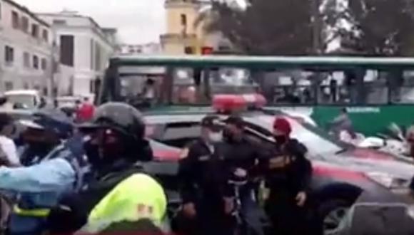 Los delincuentes que iban en moto dispararon contra el hombre, ya que este opuso resistencia. (Captura: América Noticias)