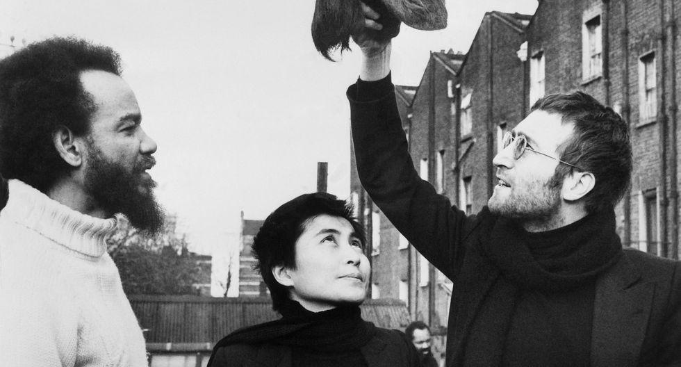 John Lennon (D) junto a Yoko Ono y el activista Michael de Freitas aka en mayo de 1971 en Londres. (Foto: AFP)