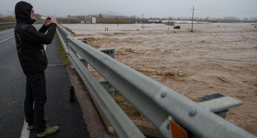 Un hombre toma una foto de los campos inundados en Malgrat de Mar, cerca de Girona, el 22 de enero de 2020, mientras el temporal Gloria azota España. (Foto: AFP)