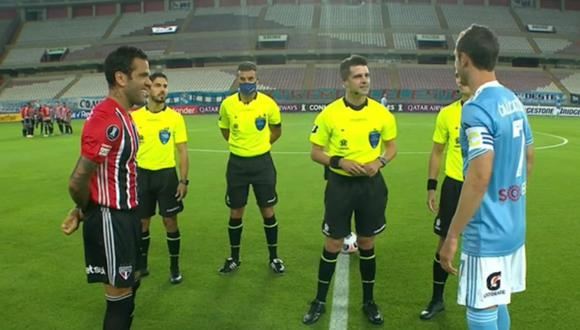 Árbitro le hizo divertido comentario a Dani Alves en Sporting Cristal vs Sao Paulo.