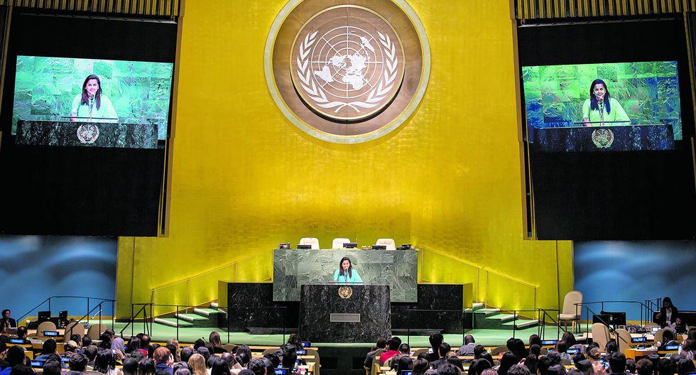 """La joven de Sri Lanka, quien está por cumplir 18 meses en su cargo en la ONU, toma la palabra en la sede central del organismo. """"Les recordamos a los gobiernos sus promesas en torno a los jóvenes"""", insiste."""