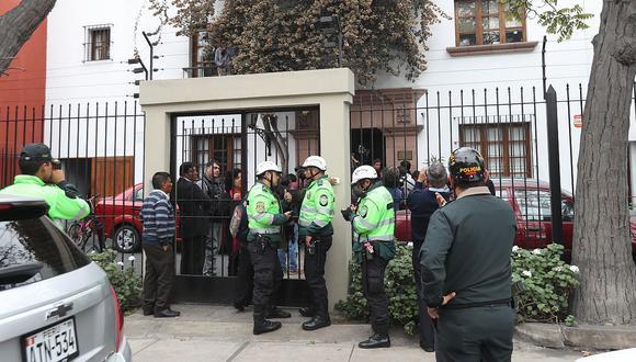 Personal del Ministerio Público y la PNP en la redacción de IDL-Reporteros. (Rolly Reyna / El Comercio)
