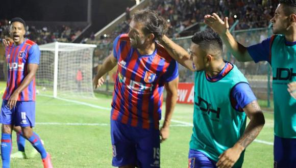 Enzo Maidana recibiendo abrazos tras su gol, en Huánuco. (Foto: Radio Ovación)