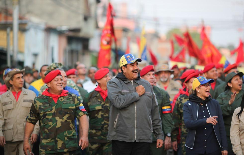 Venezuela: un desafiante Nicolás Maduro marcha con militares por las calles de Maracay. (EFE).