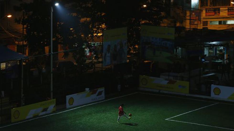Una cancha de fútbol se ilumina con la energía de los jugadores - 1