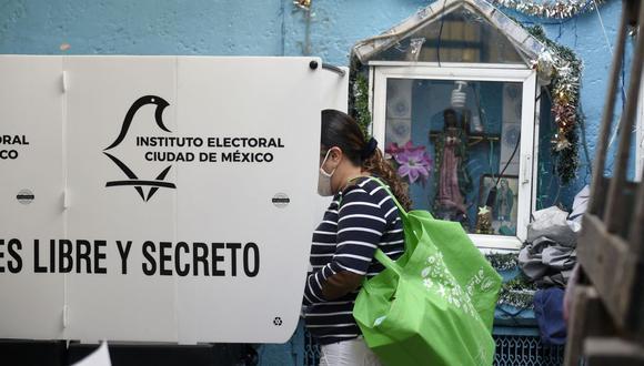 Una mujer emite su voto en una mesa electoral, en la Ciudad de México, el 6 de junio de 2021. (Foto de ALFREDO ESTRELLA / AFP).