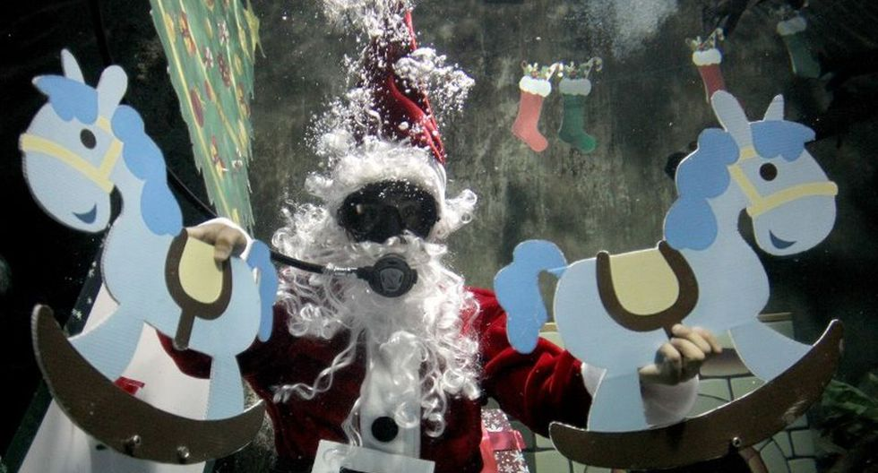 Esta peculiar encarnación del tradicional personaje de Navidad divierte a los visitantes. (AFP)