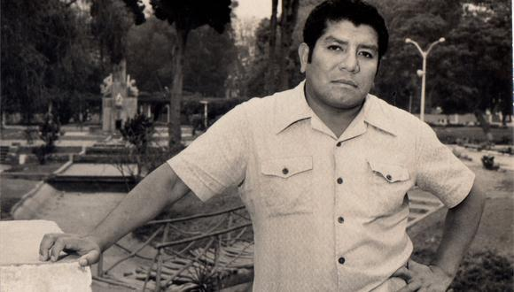 Lima, 1975. Gregorio Martínez poco después de publicar su primer libro de cuentos, Tierra de caléndula. [Foto: Archivo Hildebrando Pérez Grande]