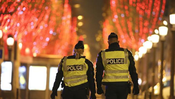La policía de Francia patrulla París durante la noche de Año Nuevo. (Foto: Stefano RELLANDINI / AFP).