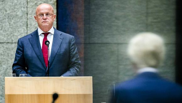 Ferdinand Grapperhaus, ministro de Seguridad y Justicia, es visto en medio de un debate en la Cámara de Representantes en La Haya. (EFE/EPA/SEM VAN DER WAL).