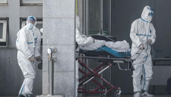 Personal médico lleva a un de coronavirus paciente al hospital de Jinyintan, el 18 de enero de 2020, tras la alerta de los primeros casos en la ciudad china de Wuhan. (Foto: AFP).