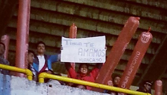 Hinchas en Huancayo se disculpan con Tinga con una pancarta
