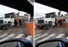 Obrero llenaba de arena un camión... ¿y su compañero la descargaba?