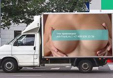 Este aviso que muestra senos ocasionó 517 accidentes en un día