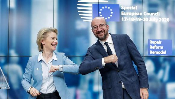 La presidenta de la Comisión Europea, Ursula Von Der Leyen y el presidente del Consejo Europeo, Charles Michel, se dan un codazo al final de una conferencia de prensa en Bruselas tras el histórico plan para salir de la crisis del coronavirus. (EFE / EPA / STEPHANIE LECOCQ / POOL).
