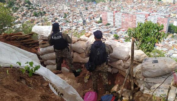 Fotografía de agentes de las FAES, comando especial de la policía venezolana, en La Vega, publicada por el periodista local Joan Camargo en su cuenta de Twitter (@JoanCamargo_)