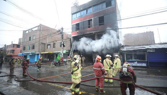 Hasta el momento no se han reportado heridos, pero sí daños materiales en la infraestructura. Se desconoce la causa del incendio. (Foto: Britanie Arroyo/ @photo.gec)