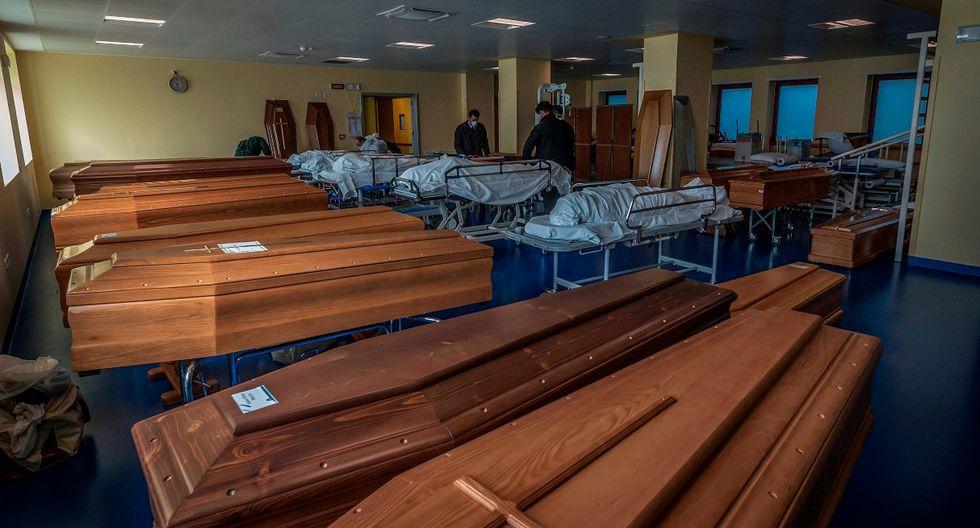 Según el diario local L'Eco di Bergamo, los vehículos militares sacaron cerca de sesenta féretros para incinerar los restos en instalaciones de varios municipios que se han ofrecido a ello. (EFE).