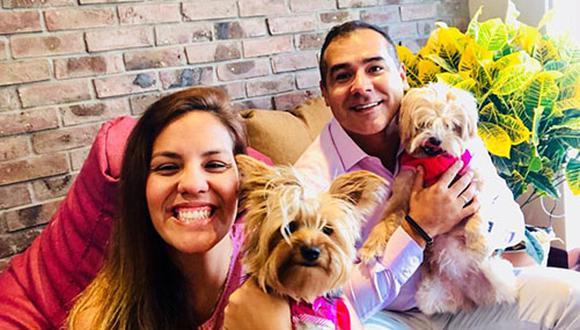 Rosa Castillo y José Antonio del Castillo se dieron la oportunidad de vivir la experiencia de tener una perrita comprada y otra adoptada. Cada quien tiene lo suyo, pero finalmente son perros y son parte de su familia. (Foto: Cortesía Rosa Castillo)