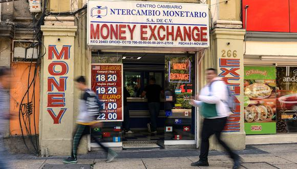 El precio del dólar alcanzaba los 19,8710 pesos en el mercado de México este viernes. (Foto: AFP)