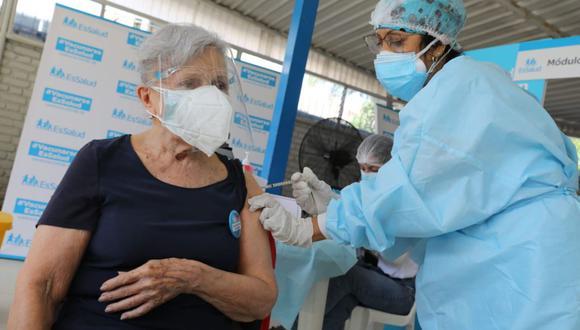 Desde el pasado 8 de marzo se realiza la vacunación contra el COVID-19 a adultos mayores asegurados de EsSalud (Foto: Andina)