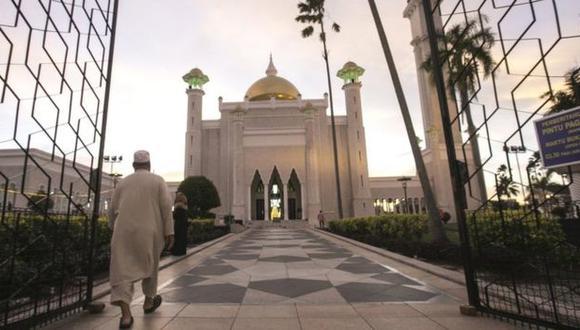 Mezquitas doradas y letreros árabes reciben a los visitantes que ingresan a la pequeña nación de Brunéi.