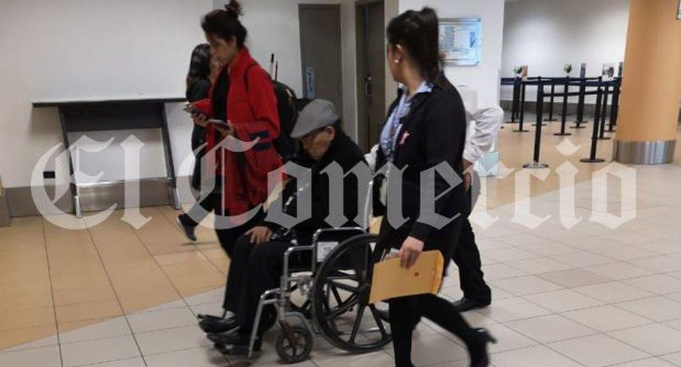 Alejandro Álvarez Pedroza llegó a Lima a las 8:38 p.m. de este jueves. A su salida fue subido a una camilla y trasladado a una clínica local. (Foto: Hugo Pérez/ GEC)