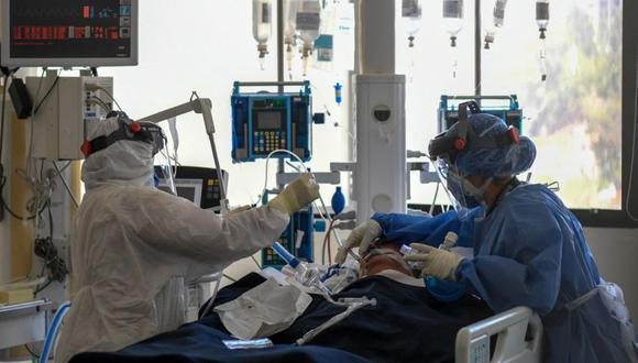 El personal médico atiende a un paciente en la unidad de cuidados intensivos para pacientes pacientes infectados por Covid-19 en el Centro Médico Docente Trinidad, en Caracas. (Foto: Federico PARRA / AFP)