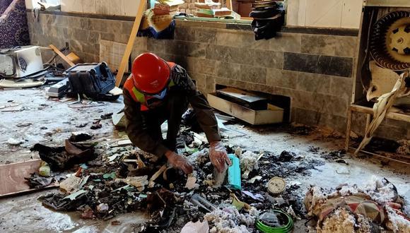Un rescatista examina restos en el lugar de una explosión en una escuela religiosa en Peshawar, Pakistán. (Foto: Abdul MAJEED / AFP).