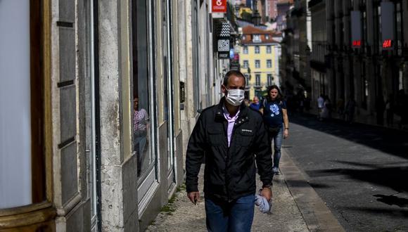 Un hombre usa una máscara facial como medida contra la expansión de coronavirus en Lisboa, Portugal. (Foto: AFP).