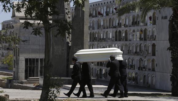 Un grupo de personas lleva el ataúd de una personas fallecida por coronavirus hacia a el crematorio en el cementerio El Angel en Lima, Perú. (Foto AP / Martin Mejia).