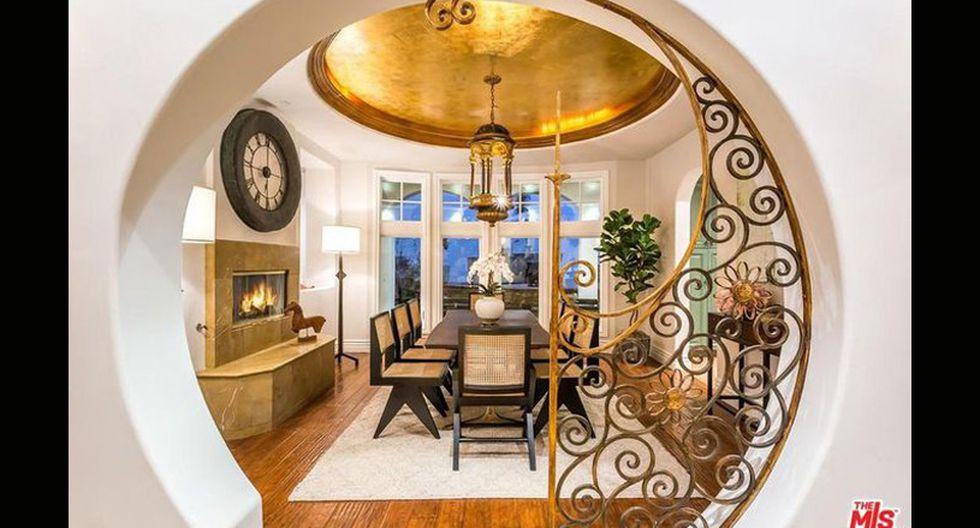 El interior de la propiedad proyecta un estilo mediterráneo. Los detalles dorados cobran protagonismo. (Foto: The MLS)