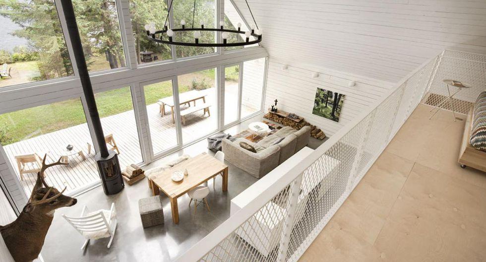 Con solo 130 metros cuadrados, la casa aprovecha al máximo su techo inclinado y de doble altura. En la parte superior se ubicó el dormitorio. (Foto: Maxime Brouillet)
