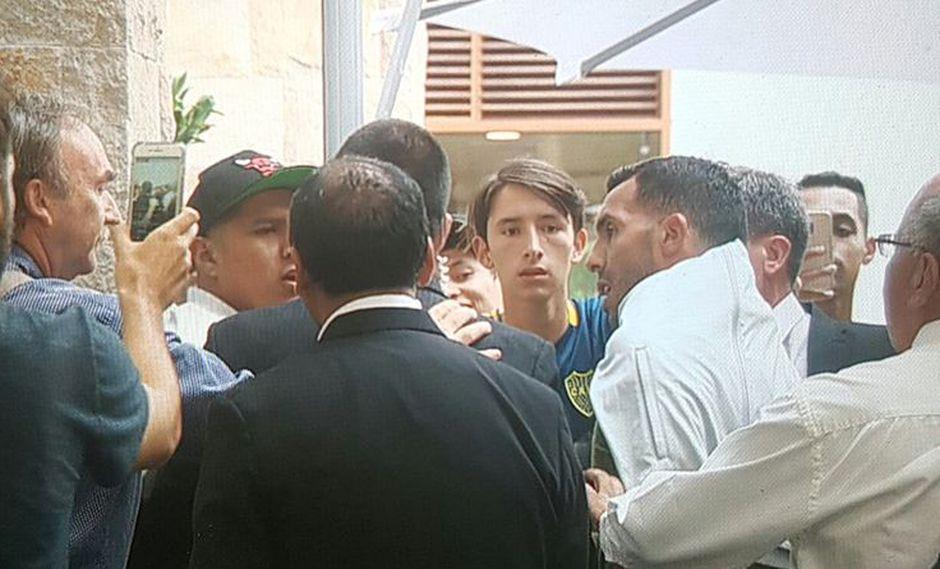 A la salida del hotel donde se aloja Boca Juniors, Carlos Tévez fue interceptado bruscamente por un hincha peruano que lo esperaba por una foto y esto pasó. (Foto: internet)