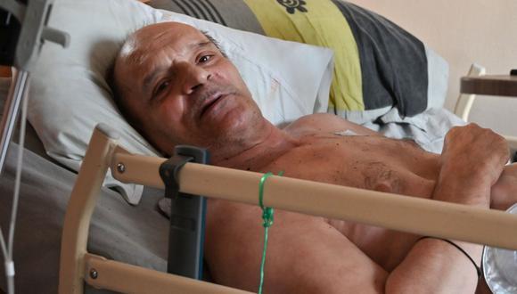 En esta foto de archivo tomada el 12 de agosto de 2020, Alain Cocq descansa en su cama médica en Dijon, noreste de Francia. (AFP / PHILIPPE DESMAZES).