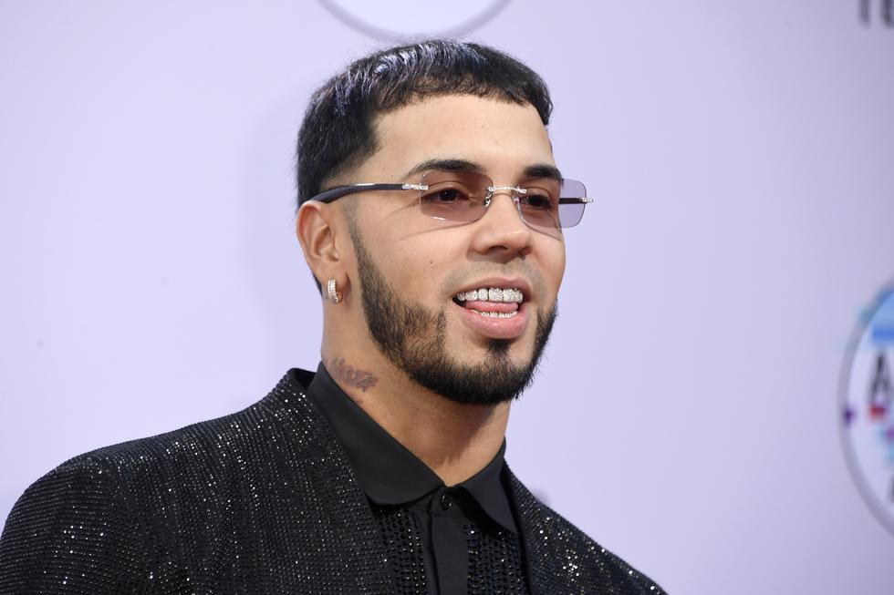 Latin AMAs 2019. Anuel AA recibió el premio Artista del año en los Latin American Music Awards. Foto: AFP.
