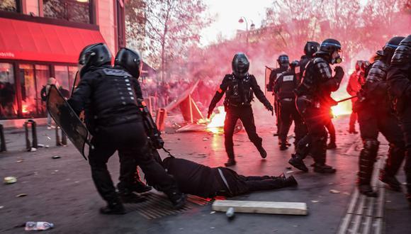 Agentes de policía de Francia arrastran a un hombre durante una protesta contra el proyecto de ley de seguridad global el 28 de noviembre de 2020. (Foto de Ameer AL-HALBI / AFP).