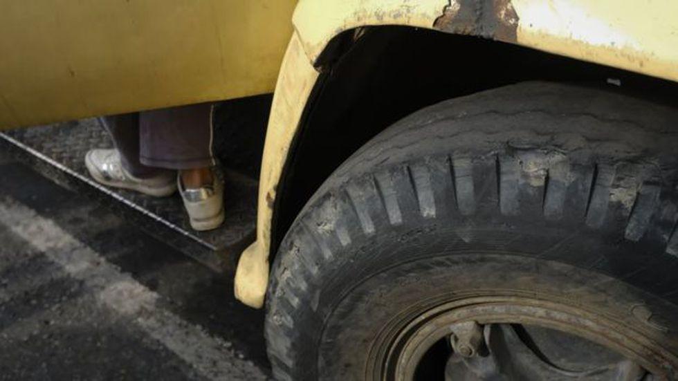 Los fallos en el transporte público llevan a muchos a viajar en camionetas con los neumáticos en mal estado.